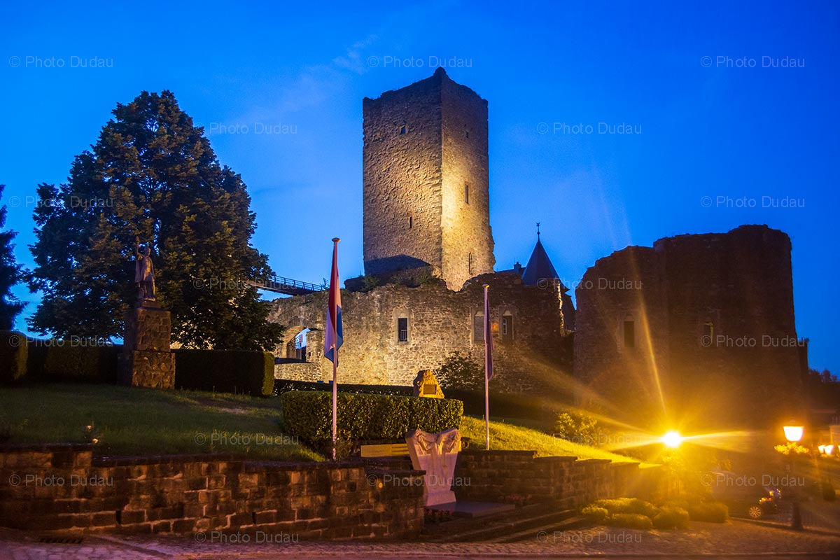 Useldange castle at night
